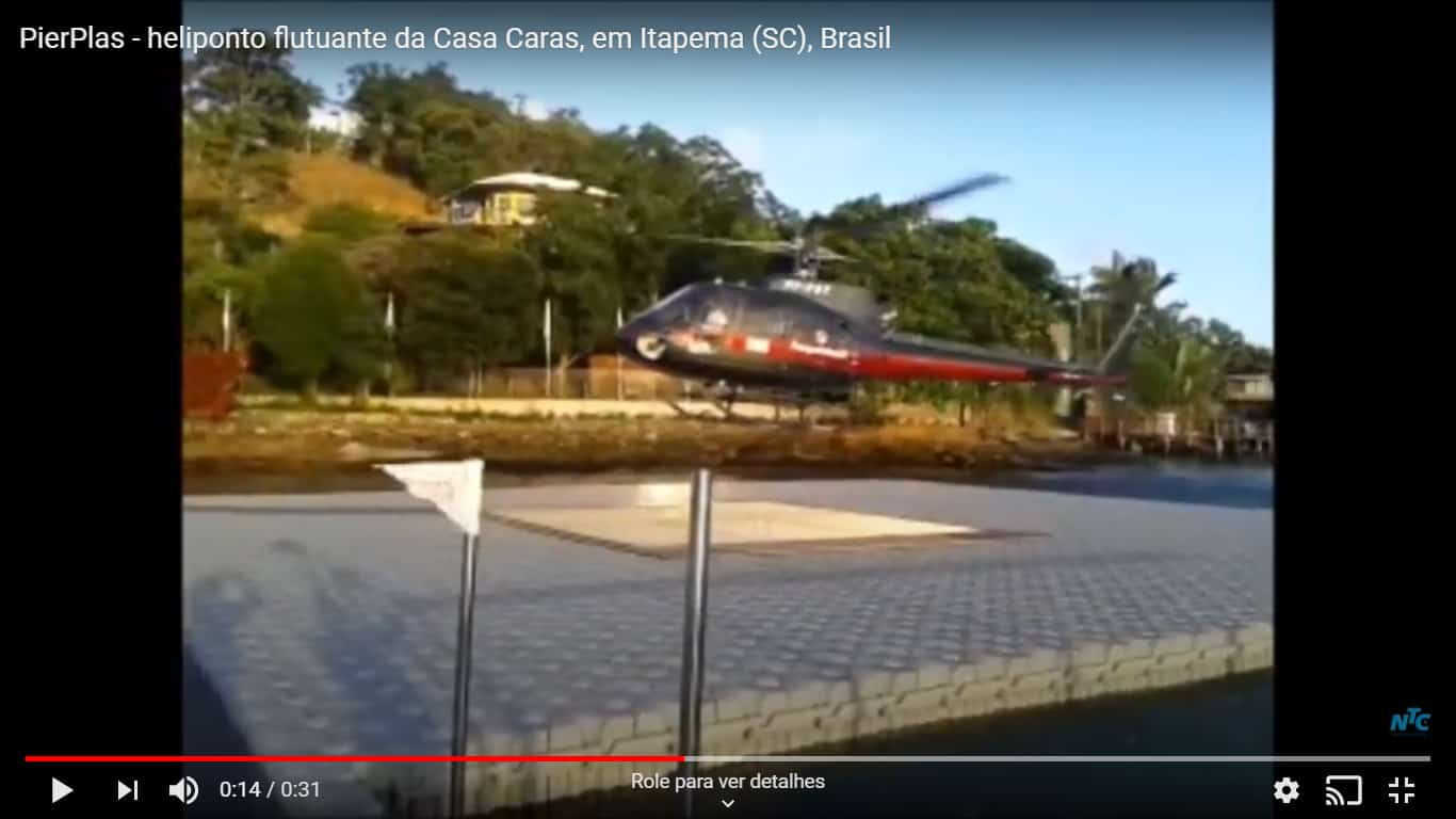Helicóptero pousando sobre Heliponto flutuante